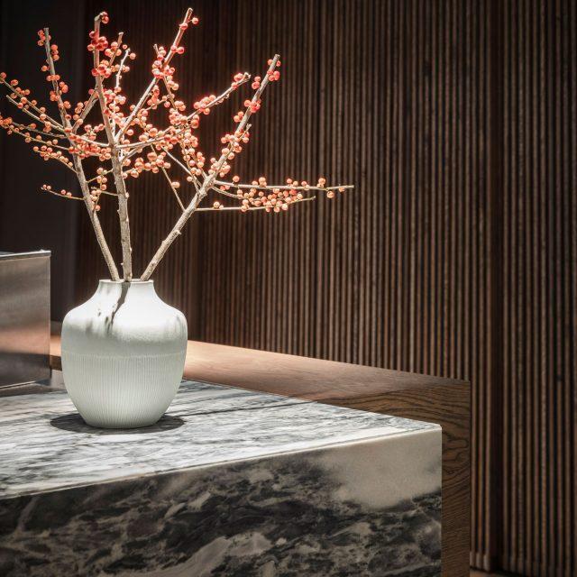 Restaurang vrå disk i bohusgranit och blomsterarrangemang