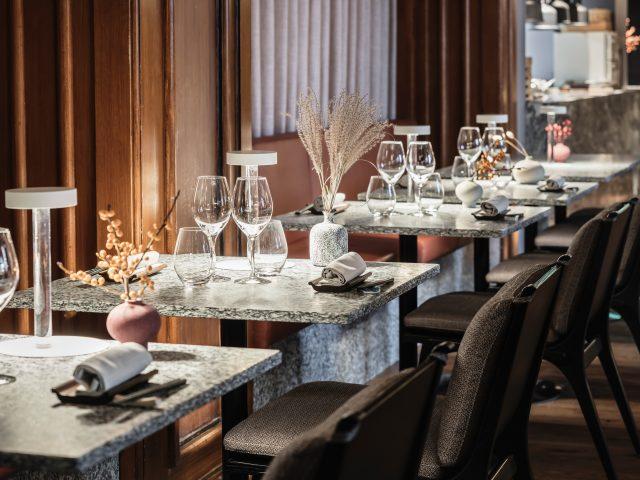 Vrå restaurangsittning stenbord med skinnsoffor